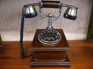Teléfono antiguo madera cuadrado digital