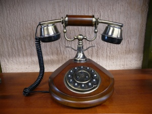Teléfono antiguo madera redondo digital